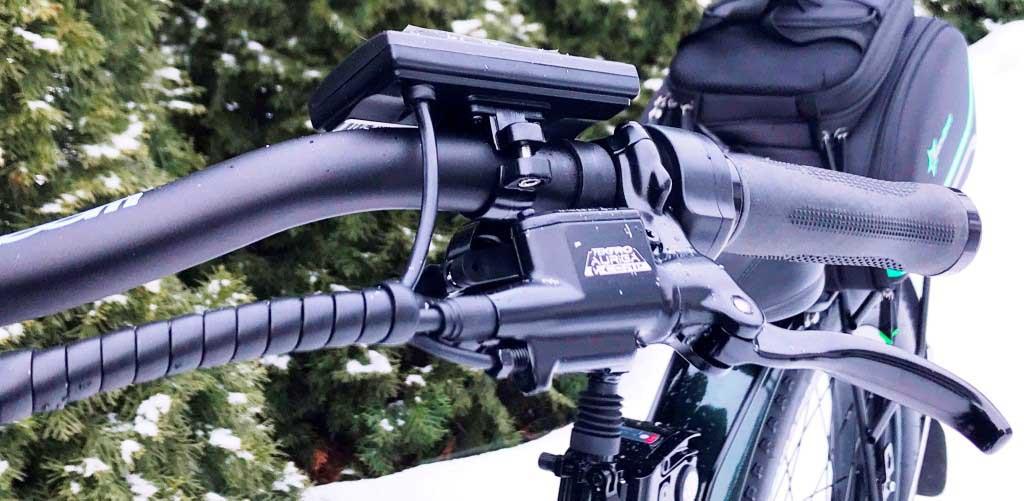 Ручка тормоза, дисплей управления и курок газа - слева на руле велосипеда