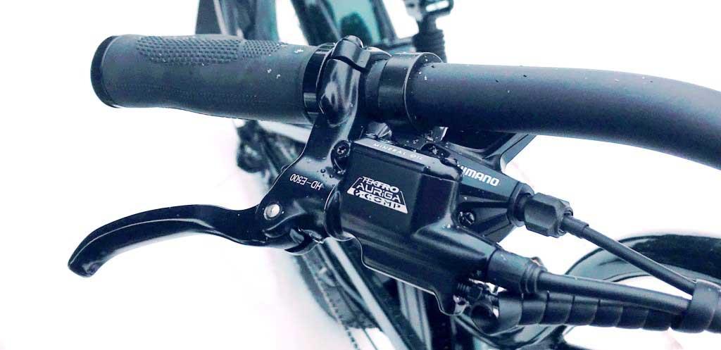 Ручка тормоза и перключатель скоростей - справа на руле