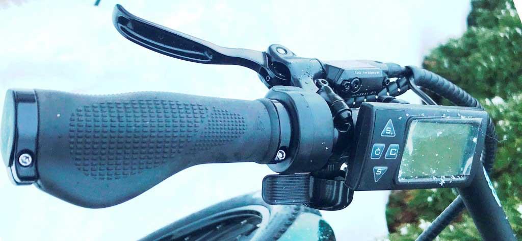 Ручка гидравлического тормоза, дисплей управления и курок газа - слева на руле велосипеда