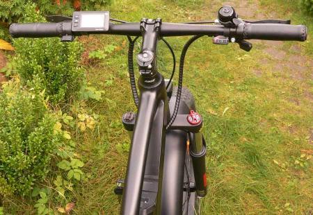 руль велосипеда с дисплеем управления и курком газа
